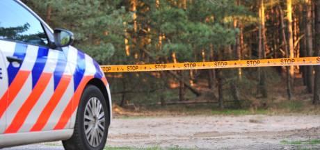 Busje met mogelijk drugsafval brandt uit in Ulicoten: 'De belastingbetaler mag weer opdraaien voor het opruimen'