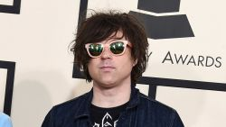 """Singer-songwriter Ryan Adams biedt excuses aan voor seksueel wangedrag: """"Ik ben bereid de gevolgen te ondergaan"""""""