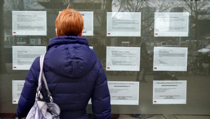 Een werkzoekende bekijkt advertenties.