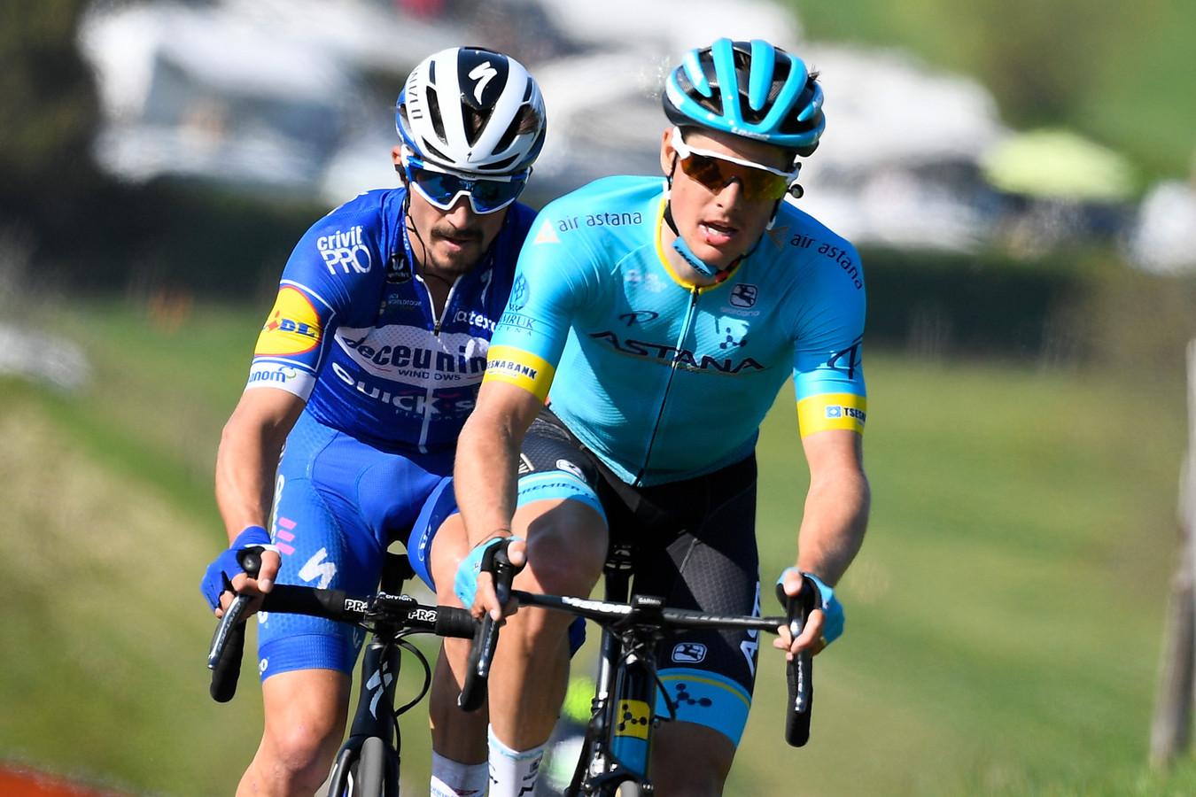 Julian Alaphilippe (links) zit in het wiel van Jakob Fuglsang van Astana.