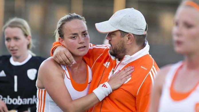 Bondscoach Max Caldas feliciteert Maartje Paumen met de grote zege.