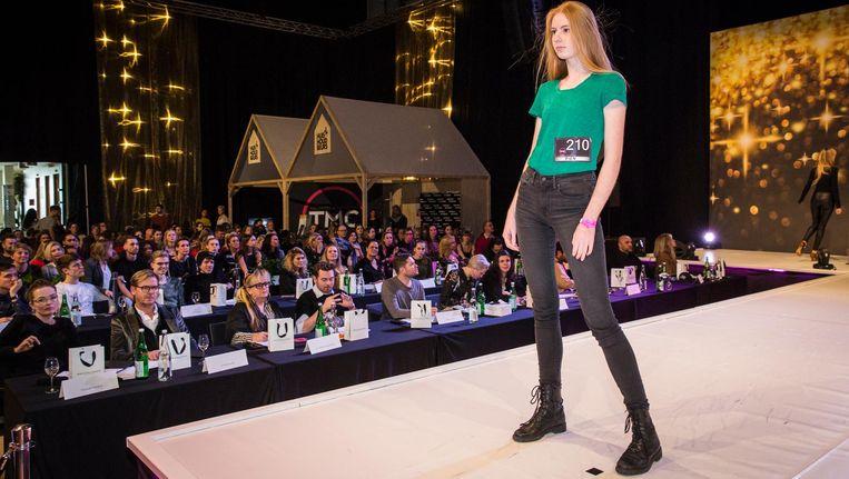 Ogenschijnlijk koel loopt Pien met de blik op oneindig langs de 44 agenten van de modellenbureaus Beeld Dingena Mol