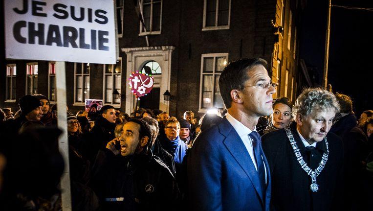 Na de aanslagen in Parijs op tijdschrift Charlie Hebdo en een joodse supermarkt speelde Van der Laan, hier naast premier Rutte bij de betoging in Amsterdam, een verbindende rol. Beeld Remko de Waal/ANP