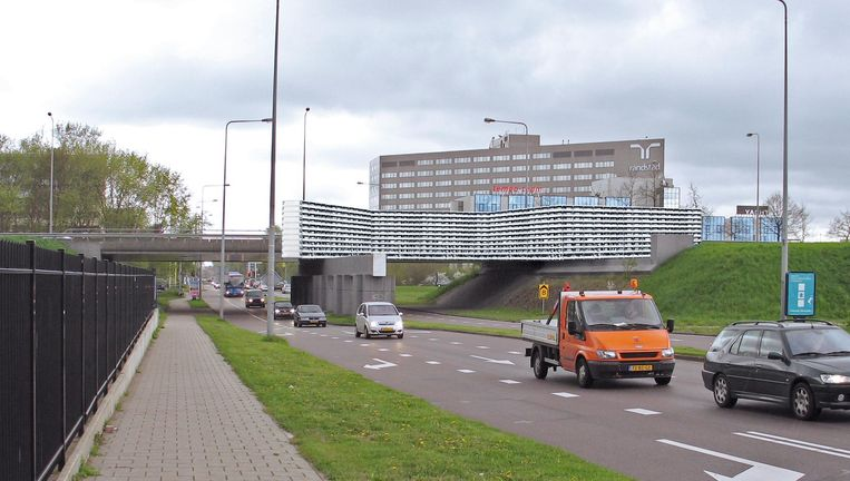 Hans van Houwelingen maakte in 2006 al een ontwerp voor een Bijlmermonument: een honingraatflat. Beeld Hans van Houwelingen