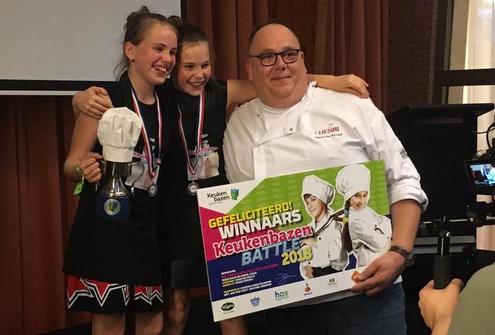 Merel en Roos Buijs, de winnende meiden uit Heusden, met jurylid.