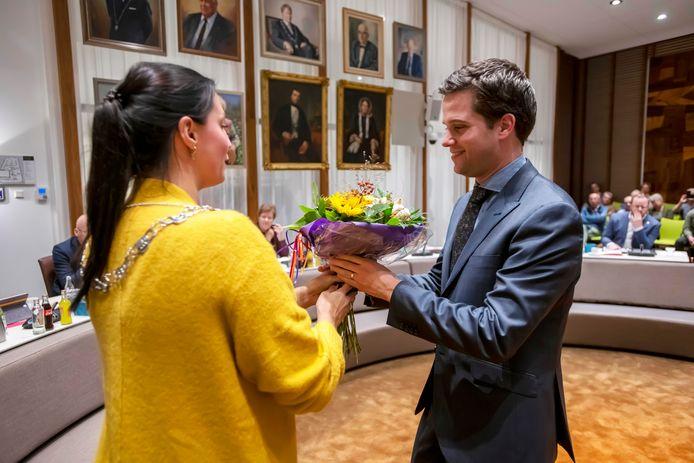 Bloemen van burgemeester Hanne van Aart van Loon op Zand voor de nieuwe VVD- wethouder Frank van Wel.