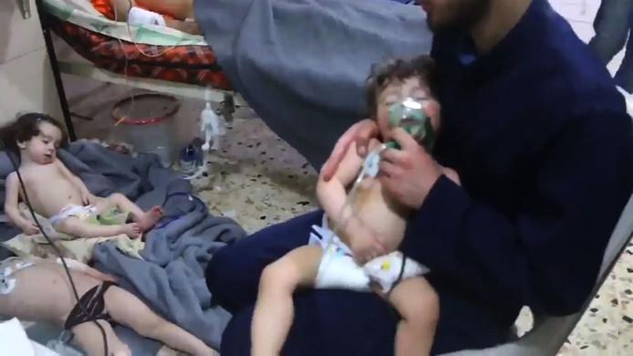 Een gruwelijk beeld uit een video van De Witte Helmen, volgens de hulporganisatie gaat het om slachtoffertjes van een Syrische gifgasaanval op het rebellenbolwerk Oost-Ghouta.