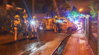 Stuur van bestelwagen stelen loopt fout: drie voertuigen in brand en schade aan schoolgebouw in Lembeek
