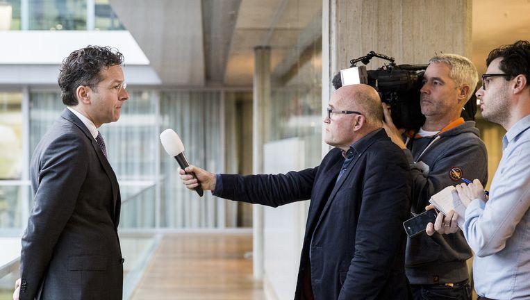 Minister Dijsselbloem (L) staat de pers te woord over de verkoop van Vivat. Beeld anp