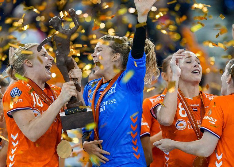 De Nederlandse handbalsters vieren hun overwinning op het WK handbal in Japan. Beeld ANP