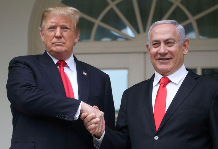 Donald Trump en de premier van Israël Benjamin Netanyahu. Volgens een van de functionarissen is het opvallend dat iedereen naar Israël als schuldige wijst maar dat het land nooit op het matje werd geroepen.