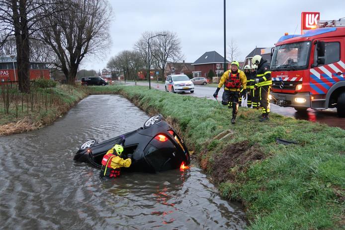 Auto belandt in de sloot in Woudrichem