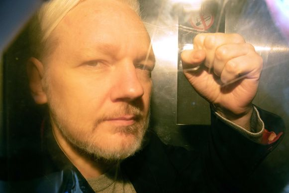 Julian Assange toen hij op 1 mei werd overgebracht naar de rechtbank in Londen.