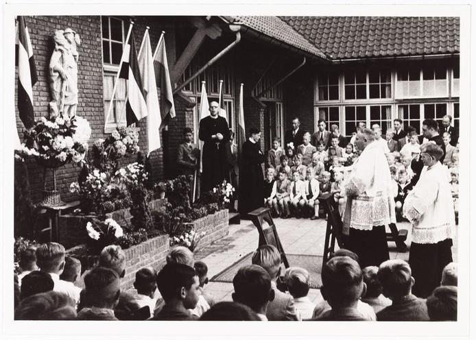 Onthulling van 'De Goede Herder' op de Pius X school.