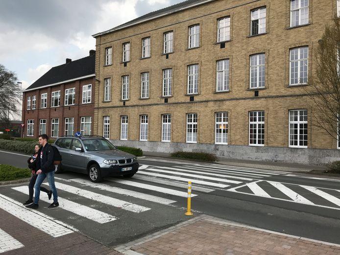 De feiten gebeurden aan het zebrapad aan de Sint-Rembertschool, waar heel wat schoolgaande kinderen en voetgangers passeren.