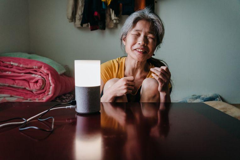 De bijna volledig blinde Jang Ae-ja (55) met de slimme speaker in haar huis in Seoul. Beeld null
