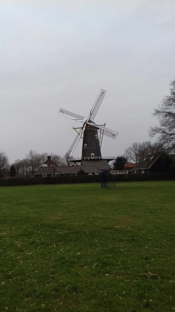 De molen van Oirschot in rouwstand voor Leo Vaes.