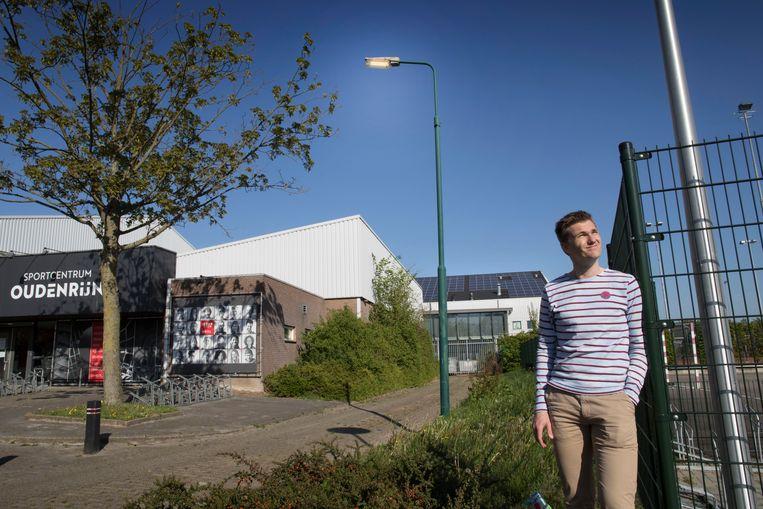 Michael Poot probeert sportclubs, gemeenten en ondernemers in de sport ertoe te bewegen hun accommodatie duurzamer te maken. Sporthallen en -centra, zoals deze in De Meern, lenen zich bij uitstek voor het aanleggen van zonnepanelen op het dak.  Beeld Werry Crone