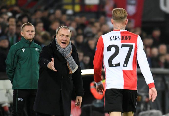 Dick Advocaat instrueert Rick Karsdorp.