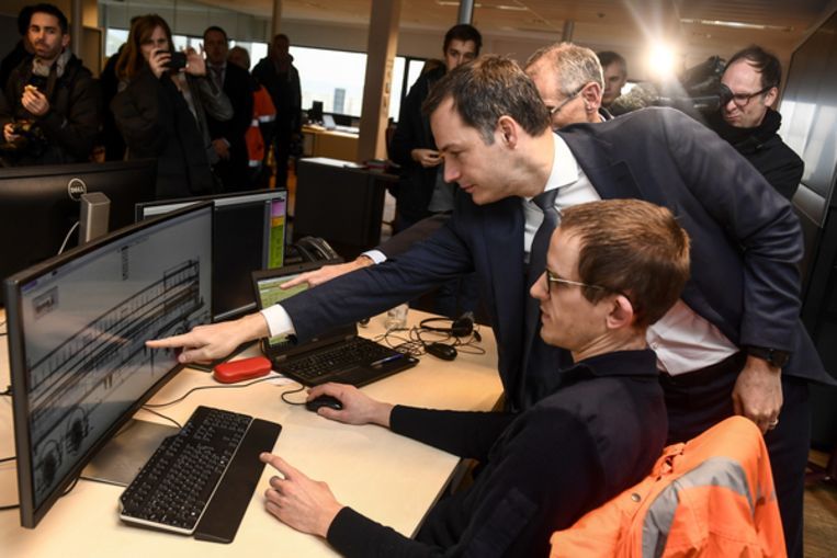Minister Alexander De Croo inspecteert een scan van een container met ananassen  of er drugs verstopt zitten tussen de lading.