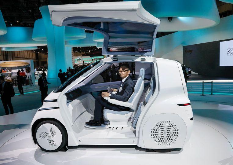 Archiefbeeld. Een autonome Toyota, de Concept-i, begeleidt de mensen die met de olympische vlam door Japan rennen. Hier wordt één van de modellen gepresenteerd tijdens de Tokio Motor Show in Japan. (27.10.2017)