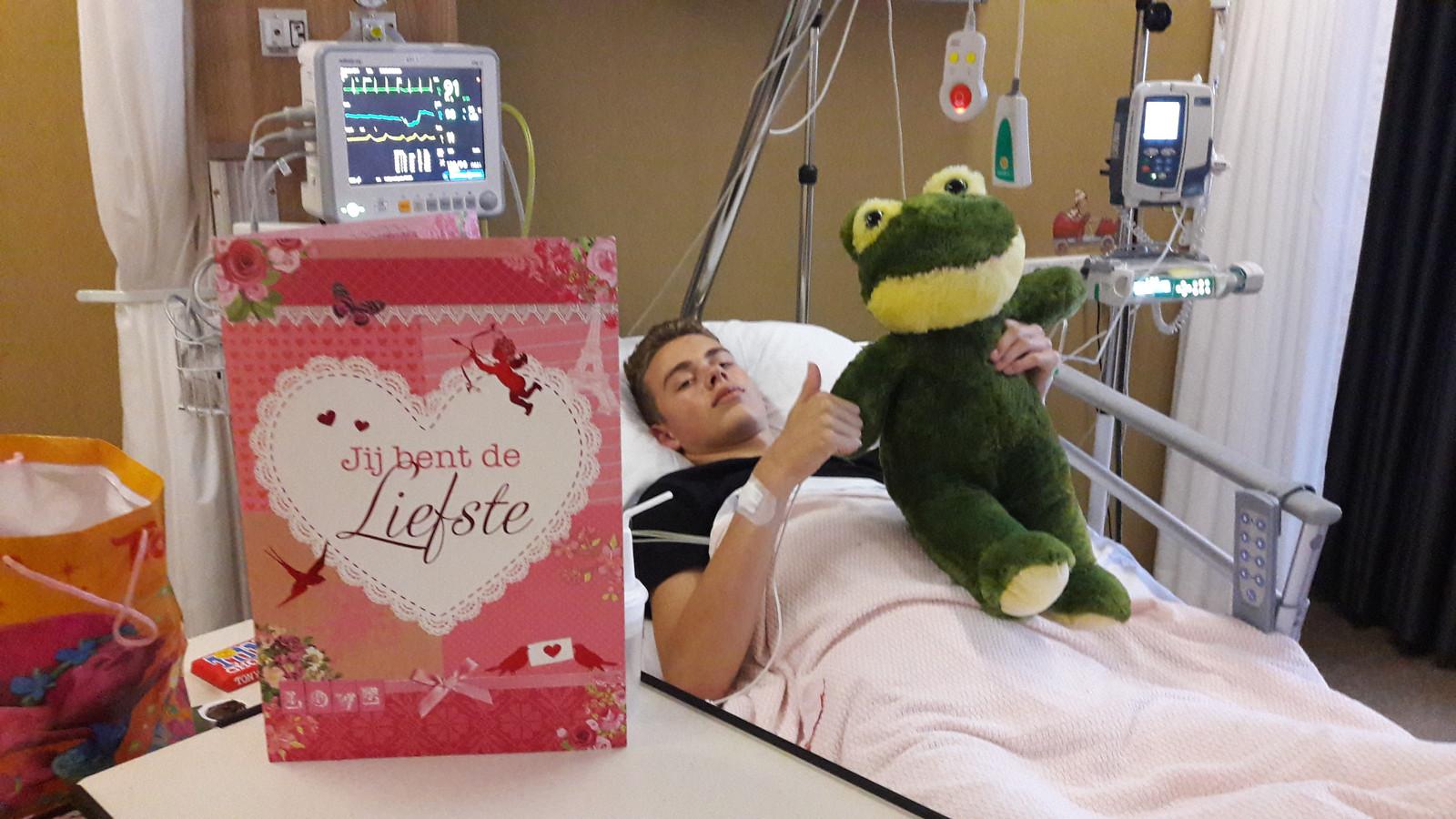 Jetze is opgelucht na de zes uur durende operatie. Een (op)kikker van zijn vrienden doet hem goed.