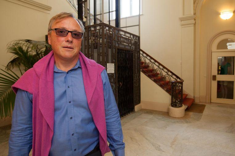 Guy De Backer van 'De Vrienden van Residentie Palace' in de inkomhal.