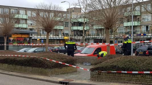 De politie doet onderzoek aan het Leuvensbroek in Nijmegen.