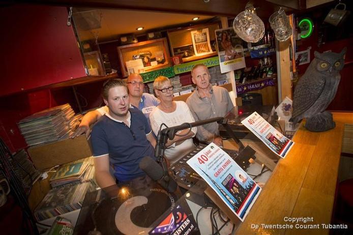 Willem Rijgwaart (rechts) met zijn zoon en vrouw in zijn eigen cafeetje én studio. Tweede van links Michel Wiggers, uitbater van Stadscafé Moatman.
