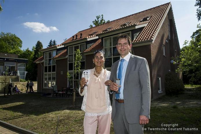 Directeur Gerard Schut van Saron, inmiddels naar huis gestuurd, met zijn echtgenote in dagen dat er nog wat te vieren viel.