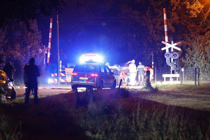 Bij een spoorwegovergang op de Noordelijke Meentsteeg in Rhenen is een gewonde hardloper gevonden.