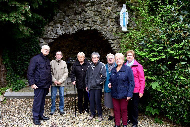 Willy, Vincent en de dames Agnes, Marie-Louise, Simonne, Anna, Jeanne komen nog regelmatig naar de grot.