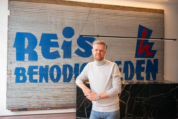 Olivier Reyniers voor de balie van het boetiekhotel met het originele Riga-rolluik.