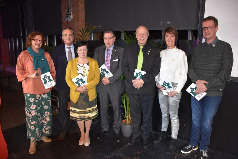 De zes gelukkigen samen met burgemeester Johan Van Tittelboom.