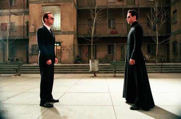 Hugo Weaving (links) als Agent Smith. Hij moet ervoor zorgen dat mensen niet uit de Matrix kunnen ontsnappen.