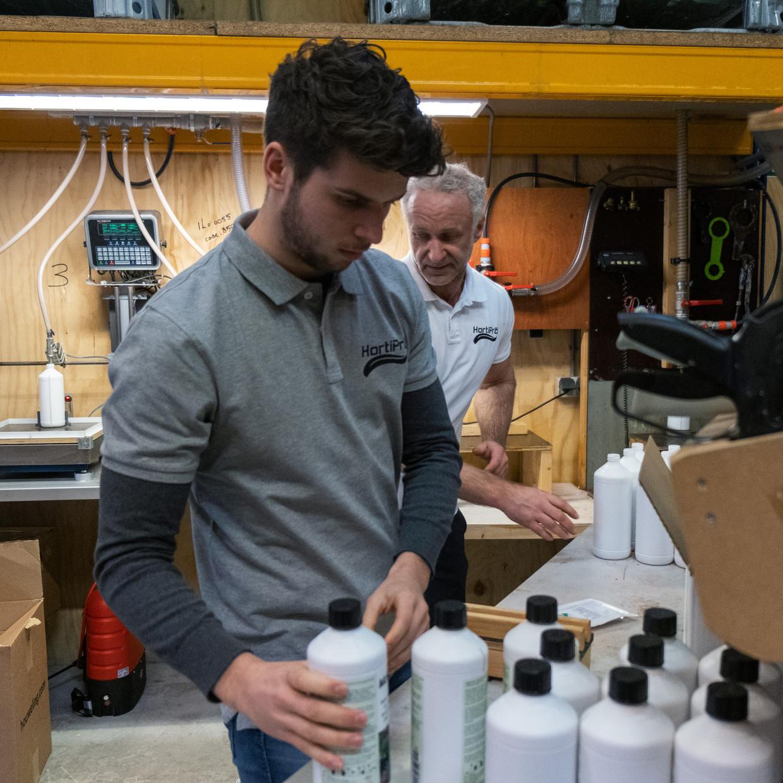 Flessen worden gevuld met de chemievrije bestrijdingsmiddelen en klaargezet voor verzending. Beeld Sabine van Wechem