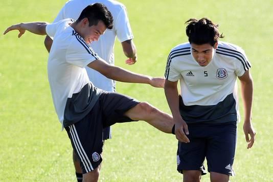 Hirving Lozano (l) dolt tijdens het WK met zijn maatje Gutiérrez .