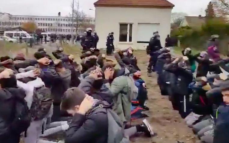 """Tientallen scholieren moesten geknield blijven zitten, met hun handen op hun hoofd. Een agent filmde de arrestatie. """"Kijk eens hoe braaf ze zijn"""", zegt hij."""