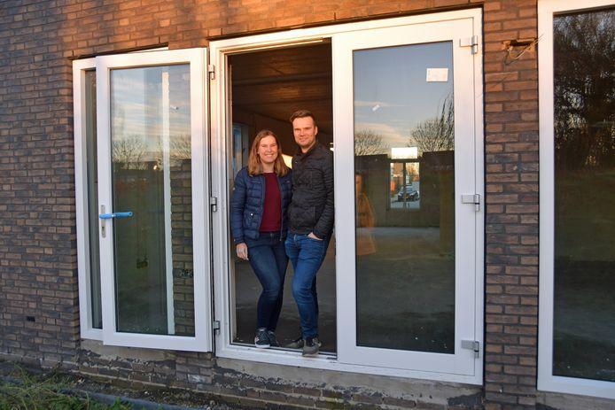 Kiona en Thomas kunnen weer lachen. Aannemer Fraanje werkt nu aan hun huis in de wijk Wittebrug in Hulst. De tuindeuren zitten er sinds deze week in en dat maakt het huis weer ietsje verder af.