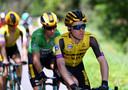 Steven Kruijswijk geeft het tempo aan in de Dauphiné, Wout van Aert (in de groene puntentrui) volgt.