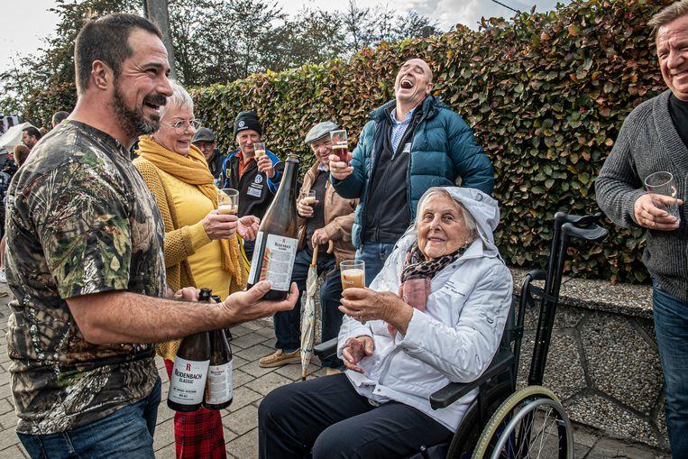 Recordpoging langste toost door de Beverse Schuimkraagproevers - Anna Mortier (88) wou er koste wat het kost ook bij zijn.
