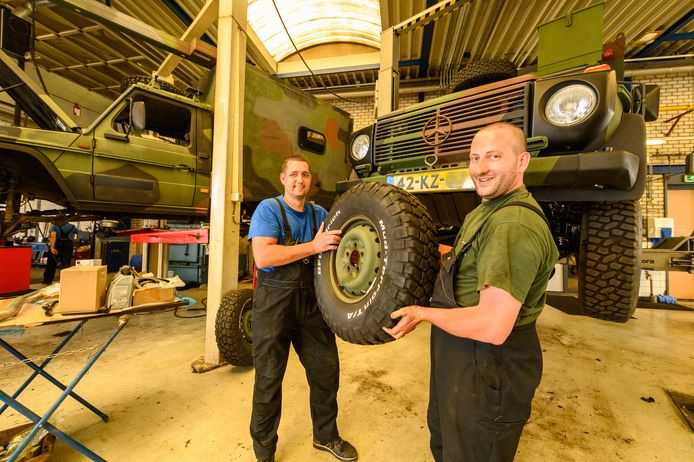 Medewerkers van Mercedes-Benz Dealer Bedrijven in de werkplaats in Alphen, waar legerjeeps levensverlengende reparaties ondergaan.