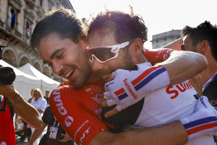 Laurens ten Dam omhelst zijn teamgenoot Tom Dumoulin na diens overwinning in de Giro d'Italia. Beeld ANP