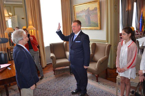 Jurgen Bauwens legde officieel de eed af als nieuwe burgemeester van Waasmunster in de ambtswoning van de gouverneur.
