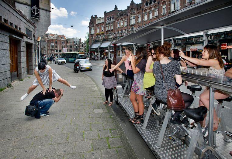 Onderweg krijgen de bierfietsgangers verschillende opdrachten. Beeld Klaas Fopma - www.klaasfopma.nl