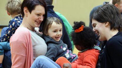 Ouders en kleuters doen aan 'knuffelturnen'