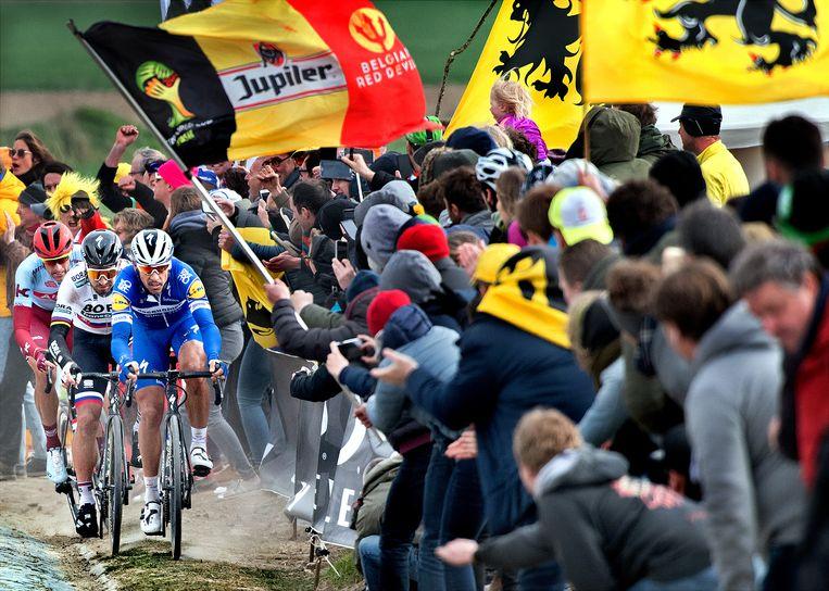 Philippe Gilbert sleurt aan kop op 19 kilometer voor de aankomst. In zij wil zitten Peter Sagan en Nils Politt. Beeld Klaas Jan van der Weij / de Volkskrant