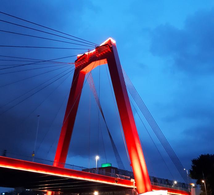 De nieuwe verlichting van de Willemsbrug stopte er al na een paar uur mee.