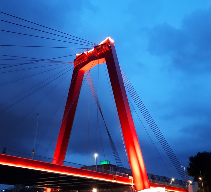 Nieuwe verlichting Willemsbrug na een paar uur al stuk | Rotterdam ...