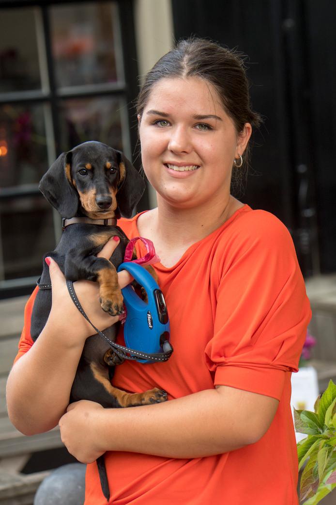 Sanne Serbee met haar teckel Pleun van tien weken oud.